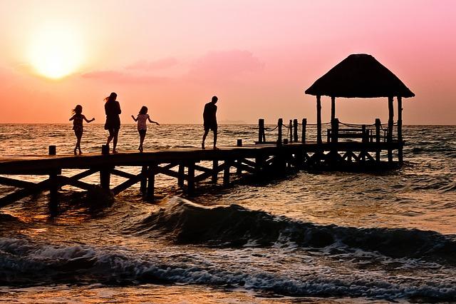 """טיולי משפחות לחו""""ל – איך לטייל עם כל המשפחה מבלי לקרוע את הכיס"""